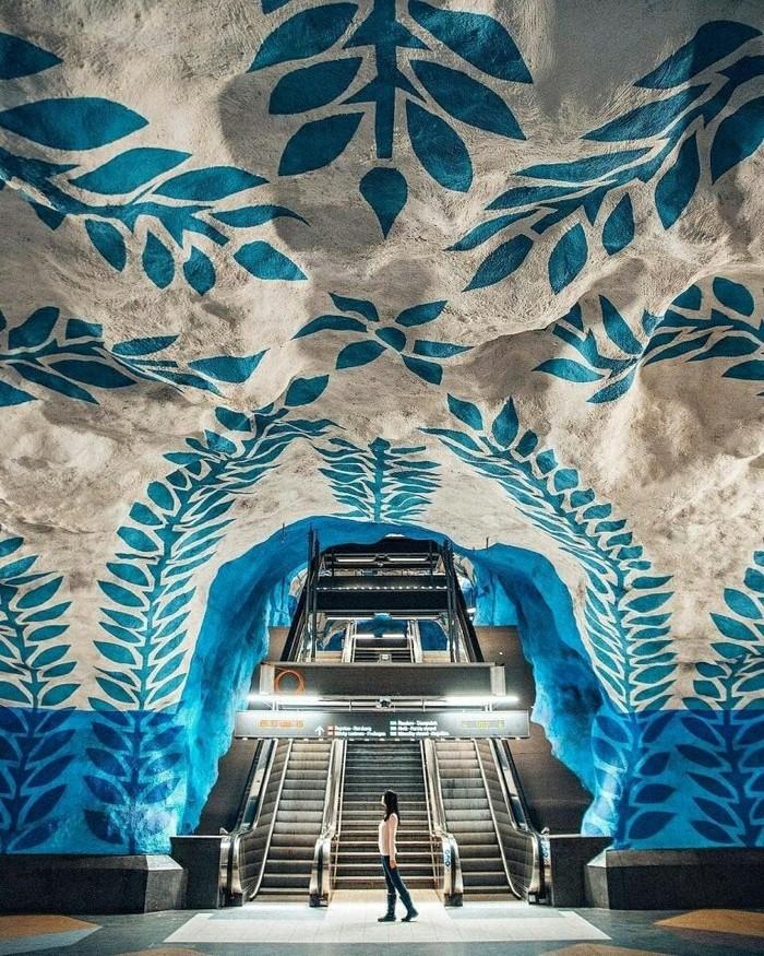 Станция метро в Стокгольме.