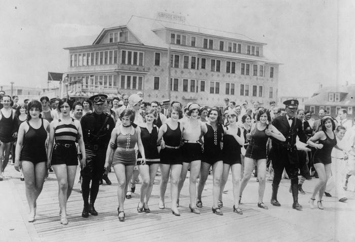 Женщины на пляже в Нью-Джерси арестованы за непристойные купальники. Пляж, Арест, Купальник, Нью-Джерси, Черно-Белое фото
