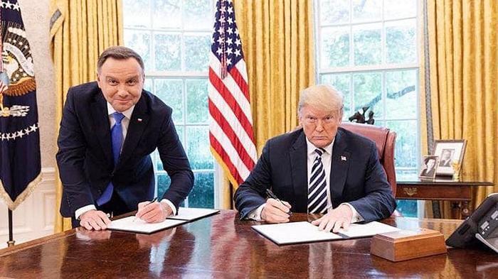 Польский канал уволил сотрудника за унизительное фото Дуды с Трампом. Политика, Польша, США, Свобода слова, Телевидение, Социальные сети, Трамп