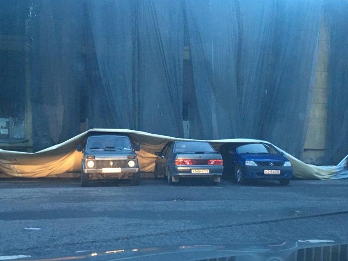 В такой ветер даже машинки прячутся под одеялко