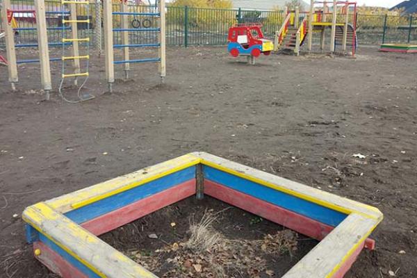Депутат построил детскую площадку за бюджетные деньги Верхний уфалей, Челябинская область, Депутаты, Детская площадка