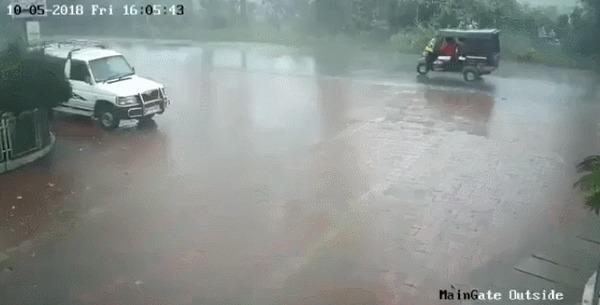 Где-то в Индии ДТП, Авария, Индия, Кирпичный завод, Внезапно, Хреновая погода, Гифка
