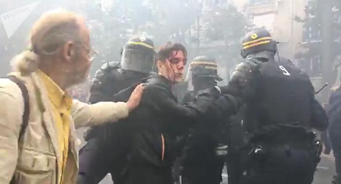 Кровавый режим применил слезоточивый газ на акции протеста Пенсия, Зарплата, Учитель, Пенсионер, Врачи, Политика, Протест, Франция