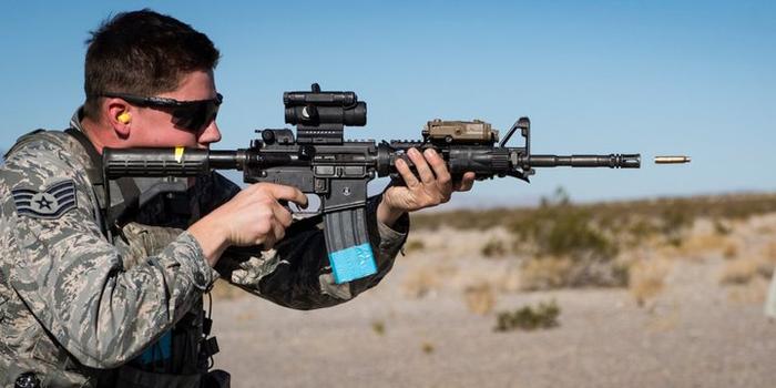 Карабин М4 стреляет гильзами Фотография, Прикол, Автомат, Армия, США, Стрельба, Удачный кадр, Оружие