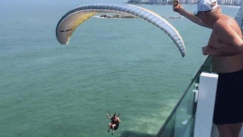 Просто угостил пролетающего парашютиста