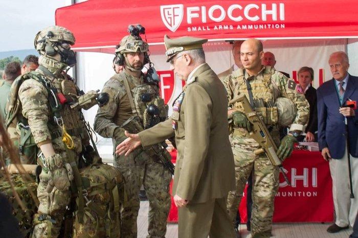 Итальянский министр обороны, генерал Грациано, предлагает рукопожатие маникену.