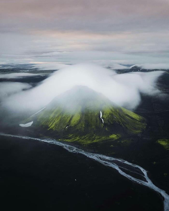 Вулкан Исландии в тумане.