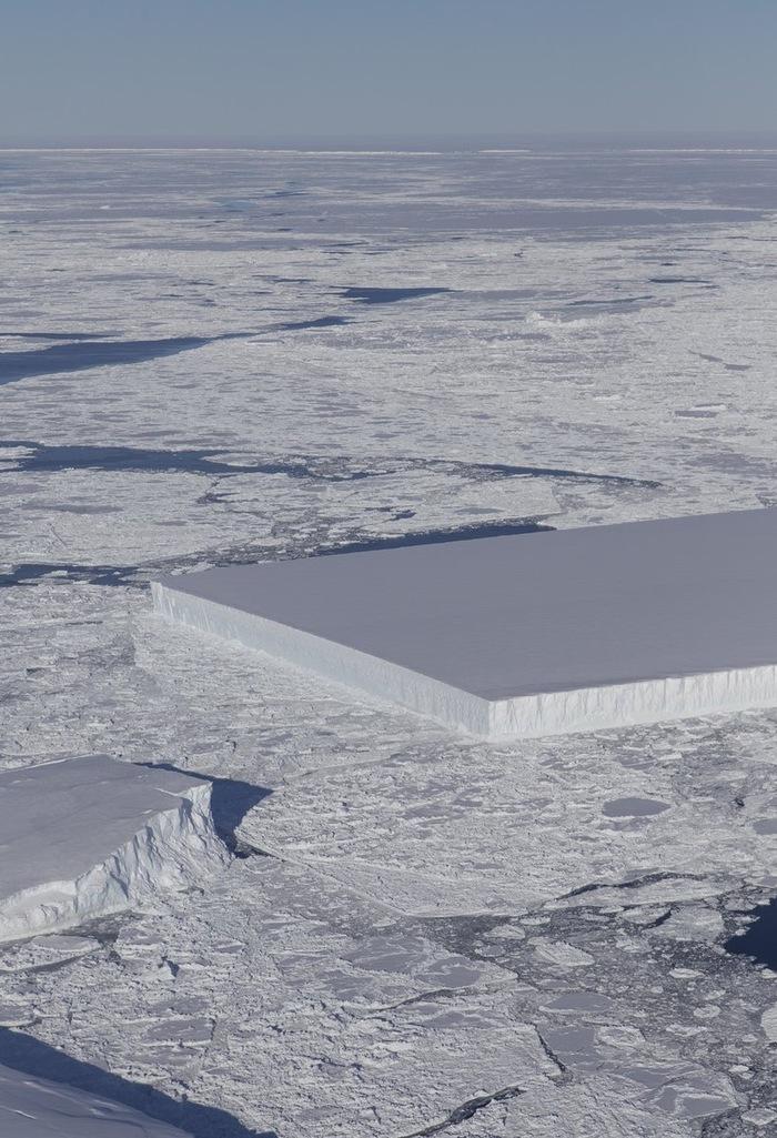 Прямоугольный айсберг недалеко от шельфового ледника Ларсен С, Антарктида.