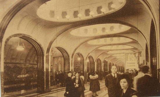 Посетители Всемирной выставки осматривают макет станции Московского метрополитена Маяковская, 1939 год, Нью–Йорк Метро, Макет