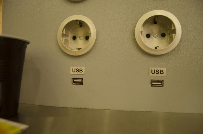 Разъёмы для USB. Аэропорт Внуково Разное положение, Usb, Зарядка, Аэропорт, Внуково, Розетка, Разъем