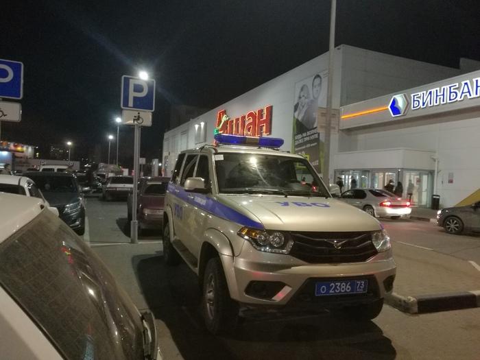 Полицейский автомобиль припаркован на месте для инвалидов Полиция - образец для подражан, Закон, Полицейский беспредел