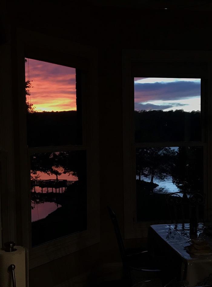 Закат за моими окнами выглядит как две разных фотографии