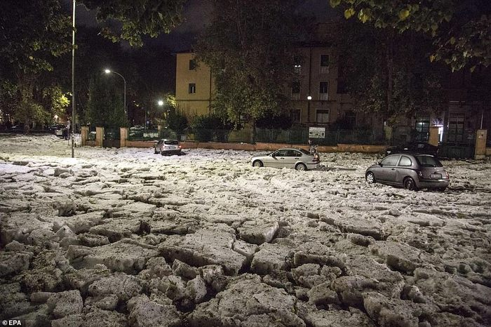 В Риме выпавший град превратился в снег Италия, Рим, Хреновая погода, Град, Снег, Видео