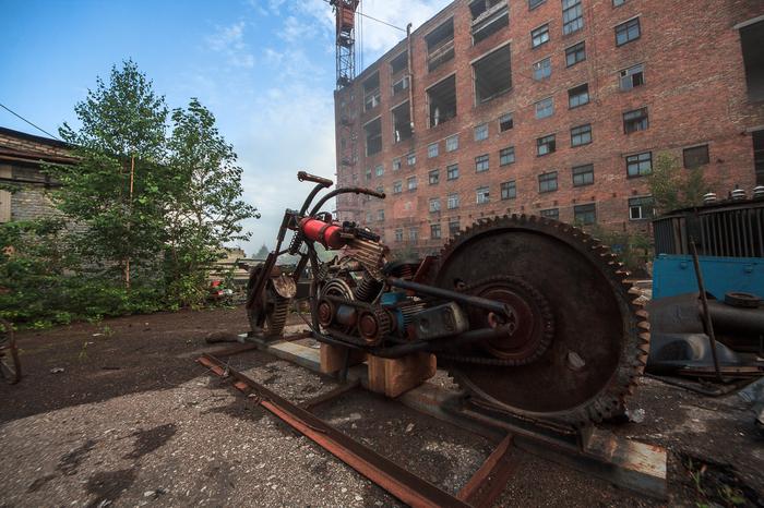 Мотоцикл из запчастей и остатков завода, на заброшенном предприятии Урбанфото, Заброшенное, Мото, Скульптура из запчастей, Длиннопост