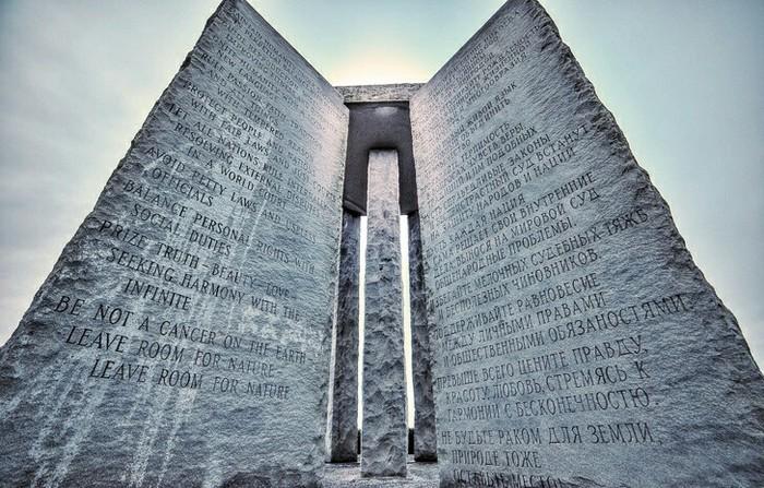 ВСША стоит монумент, накотором на8языках написано, как восстановить общество после апокалипсиса. Монумент, США, Конец, Апокалипсис