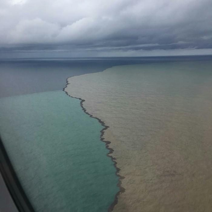 Наводнение в Краснодарском крае. Яркий контраст между морской и сильно загрязненной речной водой у побережья Адлера, 25 октября 2018.
