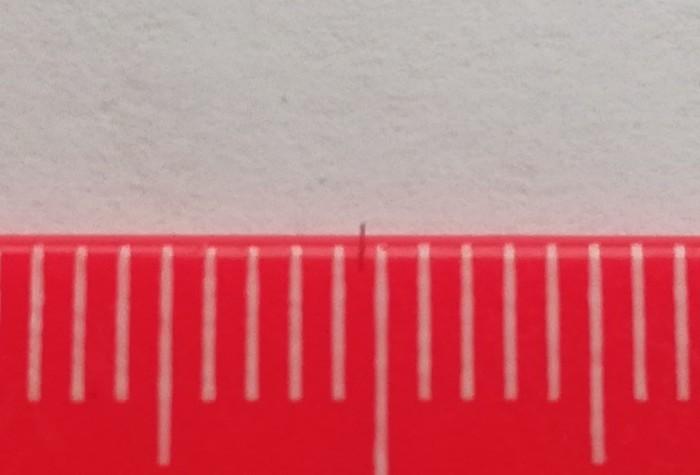 Волосинка между миллиметровыми делениями на линейке. Макросъемка, Волосы, Линейка, Миллиметр