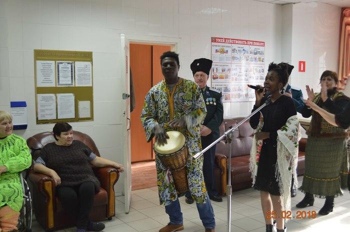 Чернокожий музыкант из Анголы ремонтирует квартиры в Челябинске, а на досуге устраивает бесплатные праздники в домах престарелых и инвалидов Благотворительность, Чернокожий, Танцы, Челябинск, Длиннопост, Позитив