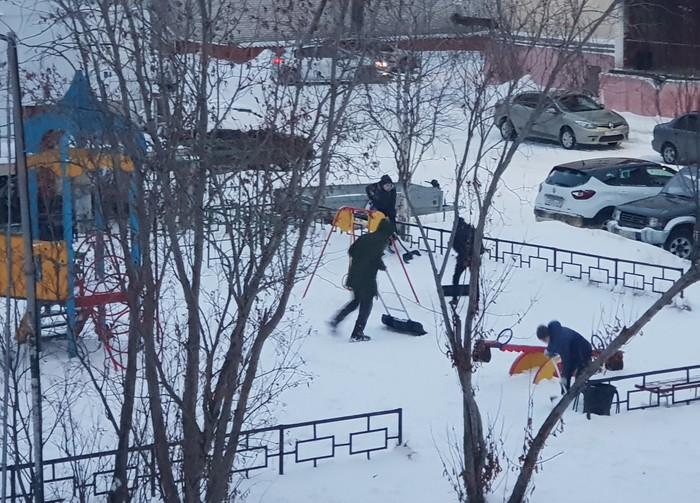 Подростки в Салехарде ЯНАО, Подростки, Уборка снега