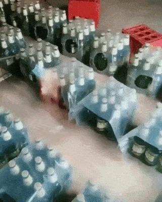 Как пакуют бутылки в пленку