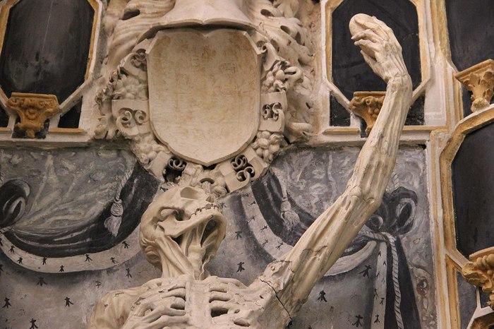 Этот скелет-транзи выглядит так, будто пытается сделать селфи Скелет, Надгробие, Скульптура, Селфи