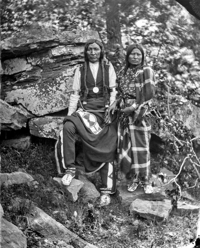 Вождь из племени арапачо Желтый Медведь с супругой, Калифорния, 1875 год