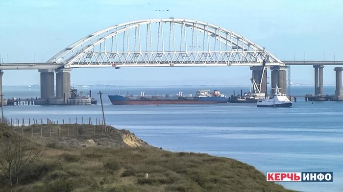 Керченский пролив перекрыт сухогрузами Политика, Крым, Керченский пролив, Керченский мост, Россия, Украина