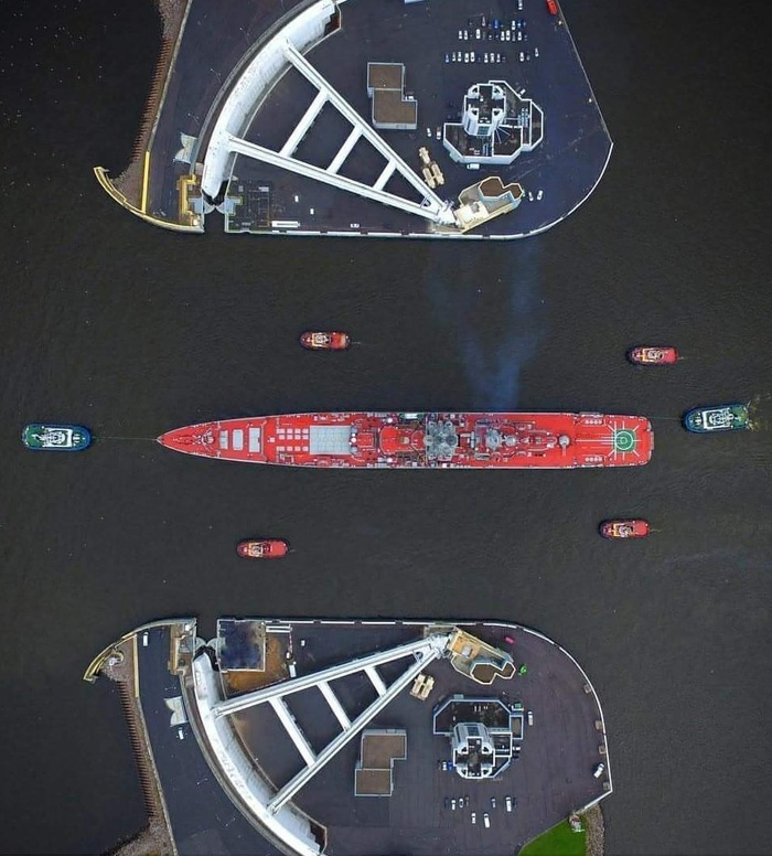 Буксировка крейсера «Петр Великий» через ворота дамбы в Кронштадте