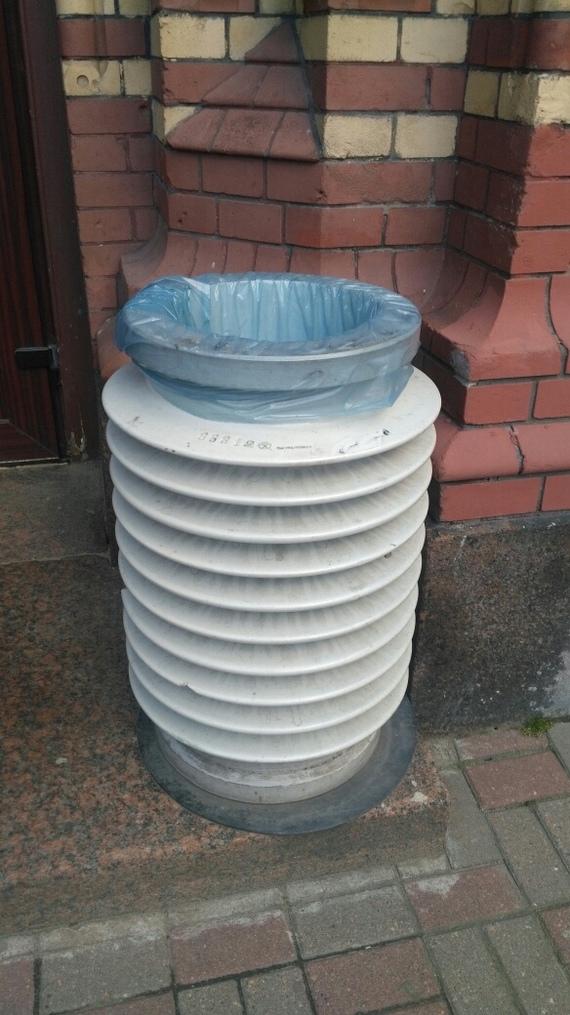 Вот такие мусорки установлены возле одной из клиник в Питере. Санкт-Петербург, Изолятор, Электричество