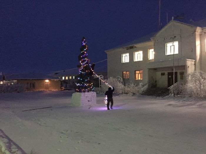 В Якутии местный Гринчстырил гирлянду с главной ёлки поселка Якутия, Чокурдах, Новогодняя елка