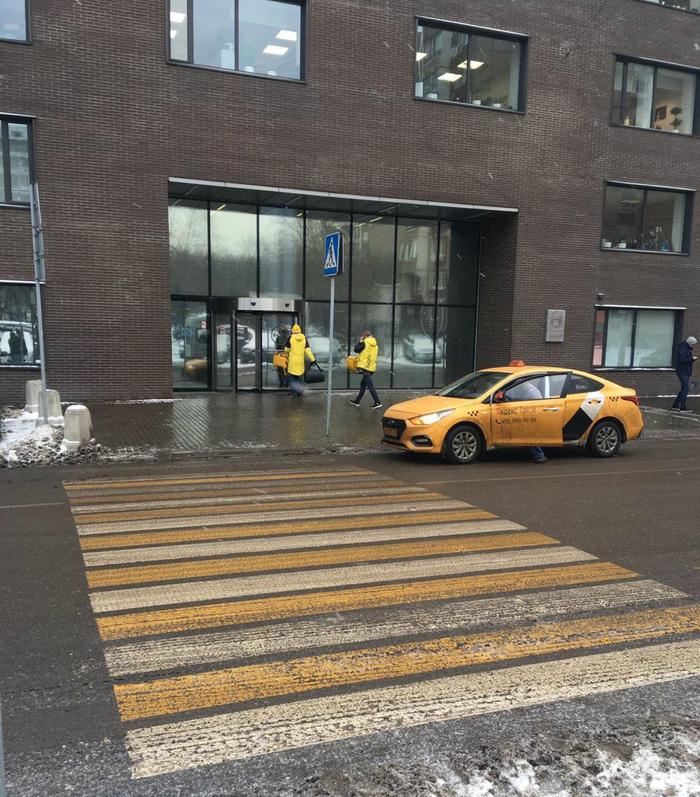 Яндекс.Еда рассекает на Яндекс.Такси