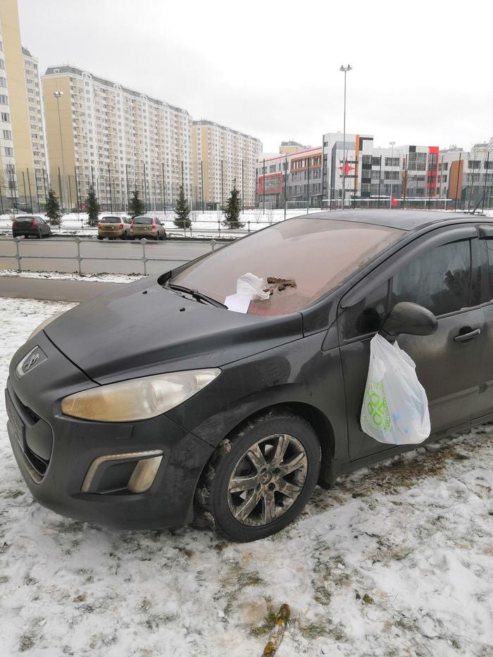 В районе орудует банда) Газон, Парковка
