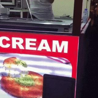 «Что этот мороженщик себе позволяет!?» Дети, Мороженое, Мороженщик, Гифка