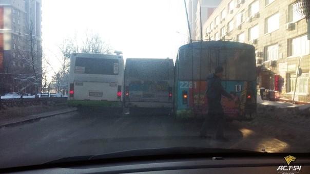 Как полностью заблокировать одну из ключевых дорог в Новосибирске? А вот) ДТП, Автобус, Троллейбус, Молодцы, Новосибирск