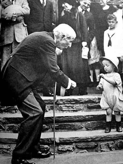 Миллиардер Джон Рокфеллер дарит пятицентовую монету ребенку на свое 84-летие, США, 1923 год.