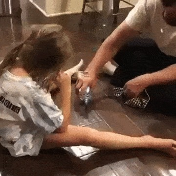 Отец поспорил с дочерью, что сможет вытереть воду с пола до того, как она коснется его вилкой ADME, Папа, Гифка
