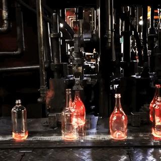 Так выдуваются стеклянные бутылки.