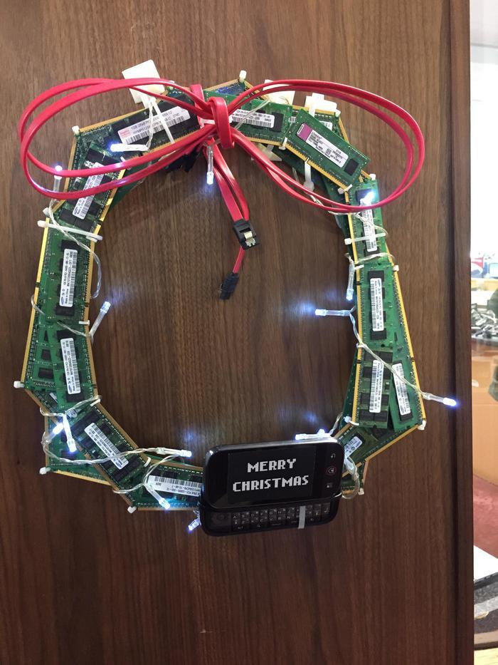 Рождественские украшения на двери it отдела