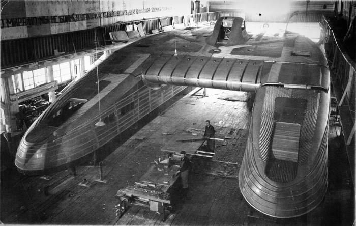 Пассажирский глиссирующий катамаран в судоремонтной мастерской, Сочи, 1940 год