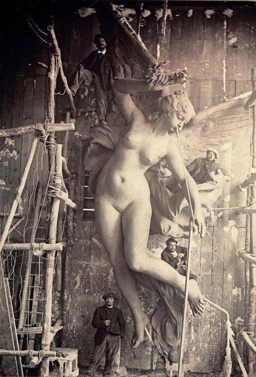 Скульпторы возле своего творения, Франция, начало XX века.