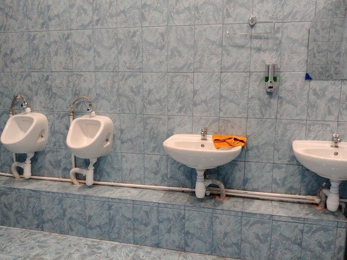 Писсуары в детском центре в Люберцах на уровне раковин Писсуар, Сантехника, Туалет, Возмущение