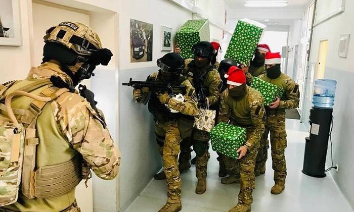 Открывай, гнида, мы тебе подарков на новый год принесли.