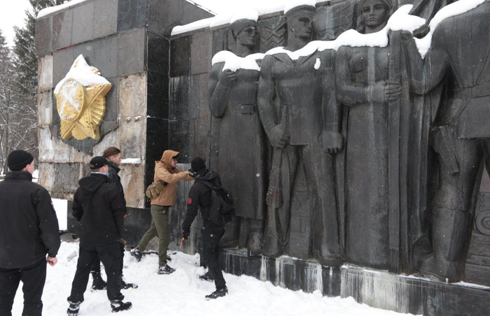 Вчера вандалы, сегодня экскаватор. Во Львове сносят памятник советским воинам Львов, Украина, Политика, Памятник, История, Вандализм