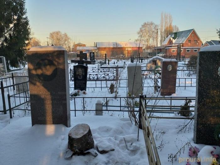 Ёлку для детского городка в Стерлитамаке срубили на могиле главного архитектора города Новый Год, Стерлитамак, Кладбище, Ёлка, Фейк