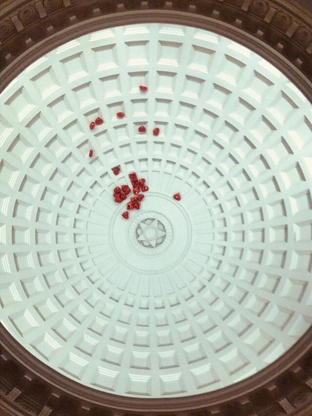 Гранаты на тарелке vs россыпь воздушных шариков Метро, Московское метро, Парк культуры, Гранатовый торт