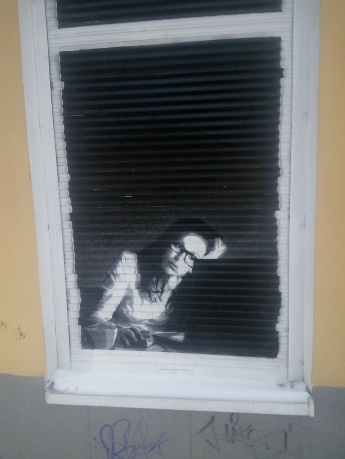 Я не подглядываю в чужие окна. Это граффити на жалюзи