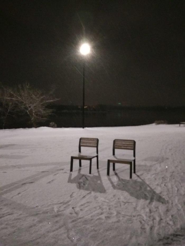 Просто стулья. Просто на набережной.