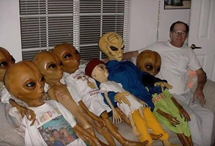 Смотрим REN-TV всей семьёй(я крайний, справа)