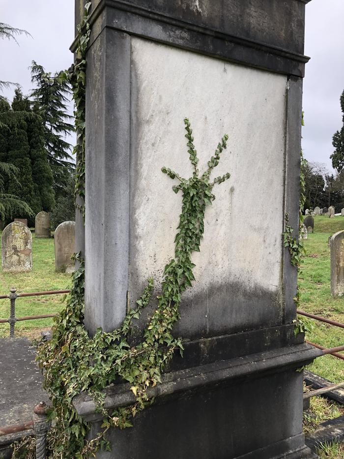 Рука на надгробии