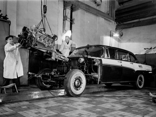 Сборка легкового автомобиля высшего класса ЗиЛ-111 в экспериментальном цехе Московского автомобильного завода им. Лихачёва; 1959 год.